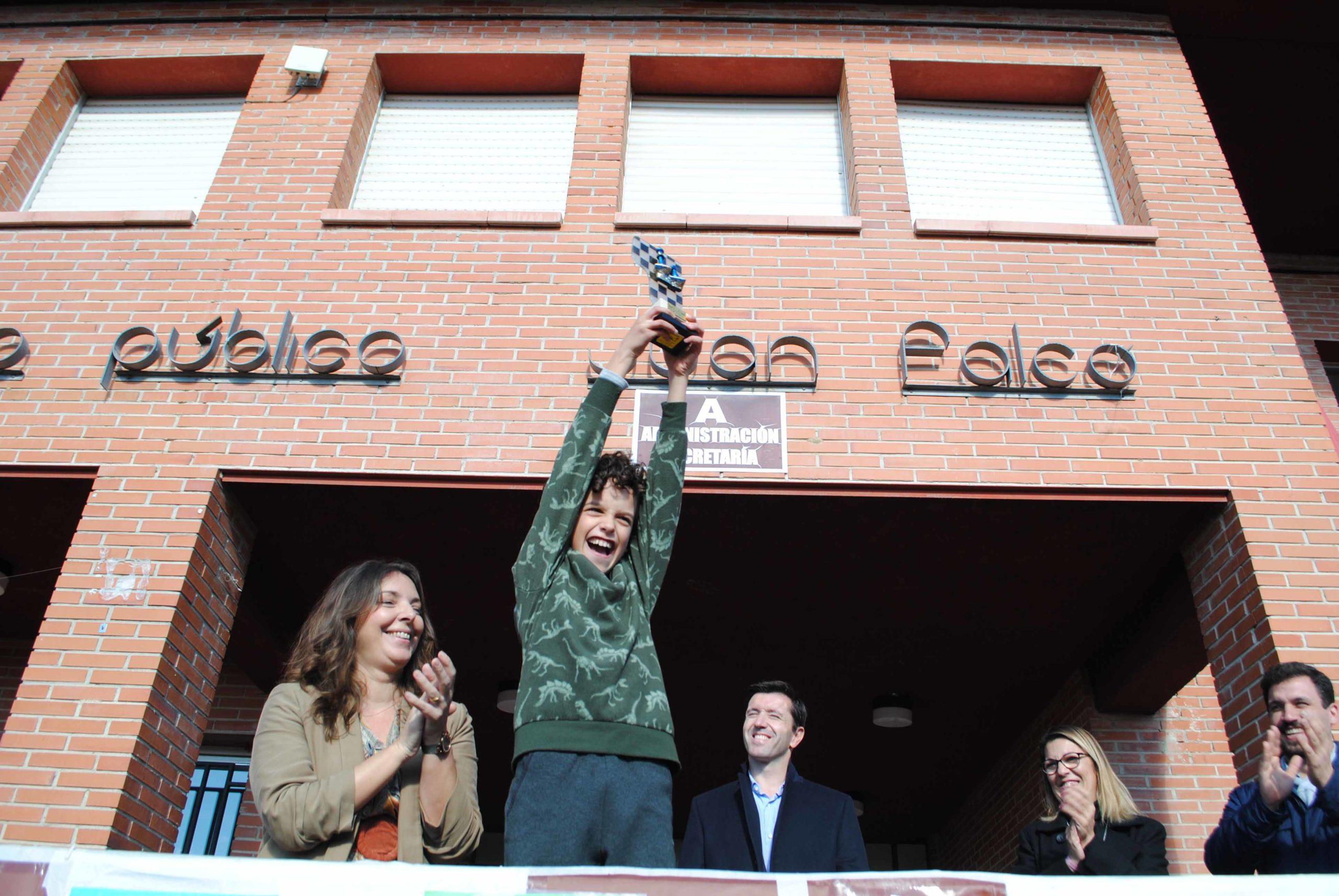Vibrante entrega de trofeos de los campeonatos de juegos tradicionales disputados en el Juan Falcó,  todo un colegio aplaudiendo a sus 'campeones' a la oca, las damas y el ajedrez para elevar incluso desde las aulas  el eco de las Fiestas de Valdemorillo
