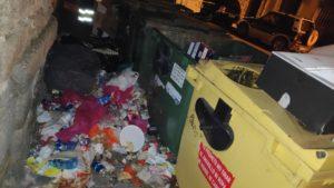 """La Concejalía de Limpieza y Medio Ambiente  pide la """"implicación de todos"""" para  acabar con la conducta """"nada cívica""""  de quienes depositan toda clase de residuos  fuera de los contenedores, """"dañando la imagen  de nuestro pueblo y haciendo trabajar el doble  a los operarios municipales"""""""