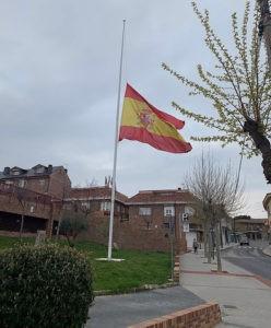 Todas las banderas ondean  a media asta en Valdemorillo en memoria  de los fallecidos por coronavirus en España