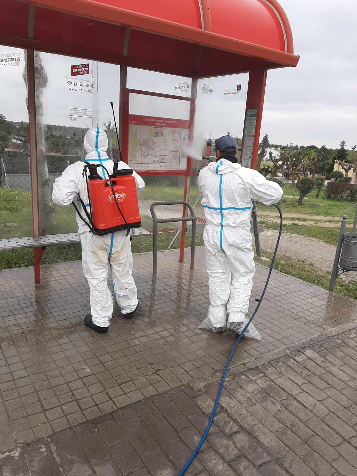 El Ayuntamiento confirma que se presta  el mismo trato y esmero en la atención  de todos los vecinos, realizando también todas las labores de desinfección de contenedores, marquesinas y demás elementos situados en las zonas de tránsito  de las urbanizaciones de Valdemorillo