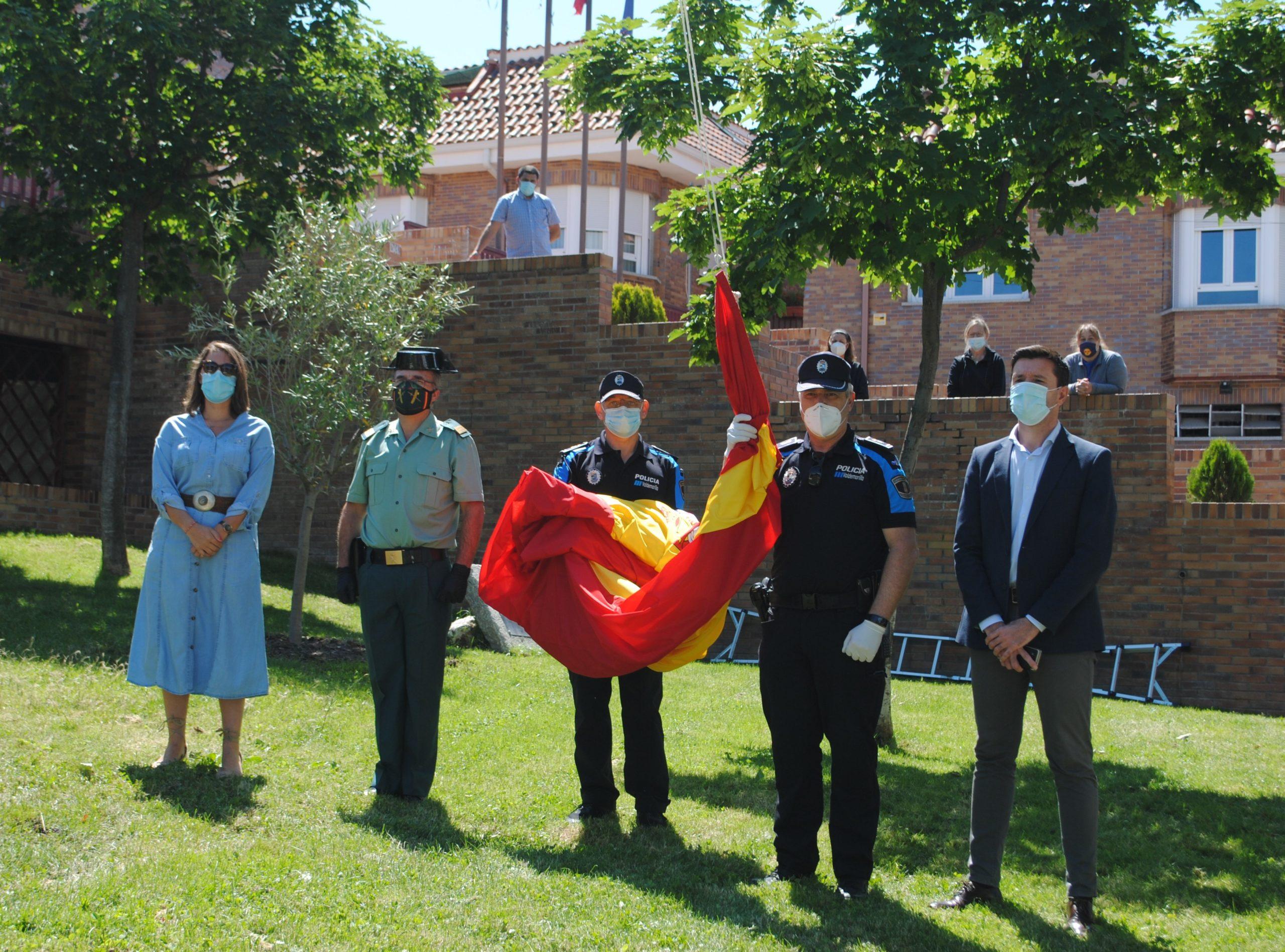Valdemorillo rinde homenaje a las víctimas  del COVID-19 con el izado de la bandera de España  y la ofrenda de una corona de laurel