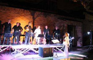 Lleno total, respetando aforo, en el concierto con el que la Orquesta de Pulso y Púa Diapasón  puso música de película a la noche en Valdemorillo