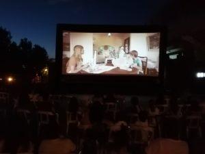 """Primera noche """"de película"""" en la explanada  de la plaza de toros, con acceso escalonado del público,  toma de temperatura y demás garantías para responder a la protagonista de la noche, la gran expectación  entre los vecinos por disfrutar del cine de verano"""