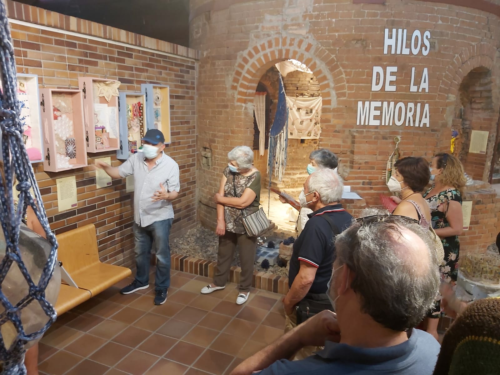 Valdemorillo sigue entretejiendo historias  al paso por la exposición que invita a descubrir los 'Hilos de la Memoria'
