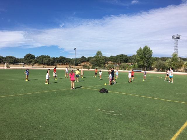 """El fútbol americano puntúa alto  entre las novedades de los campamentos urbanos  que se siguen disfrutando """"al máximo"""" en Valdemorillo"""