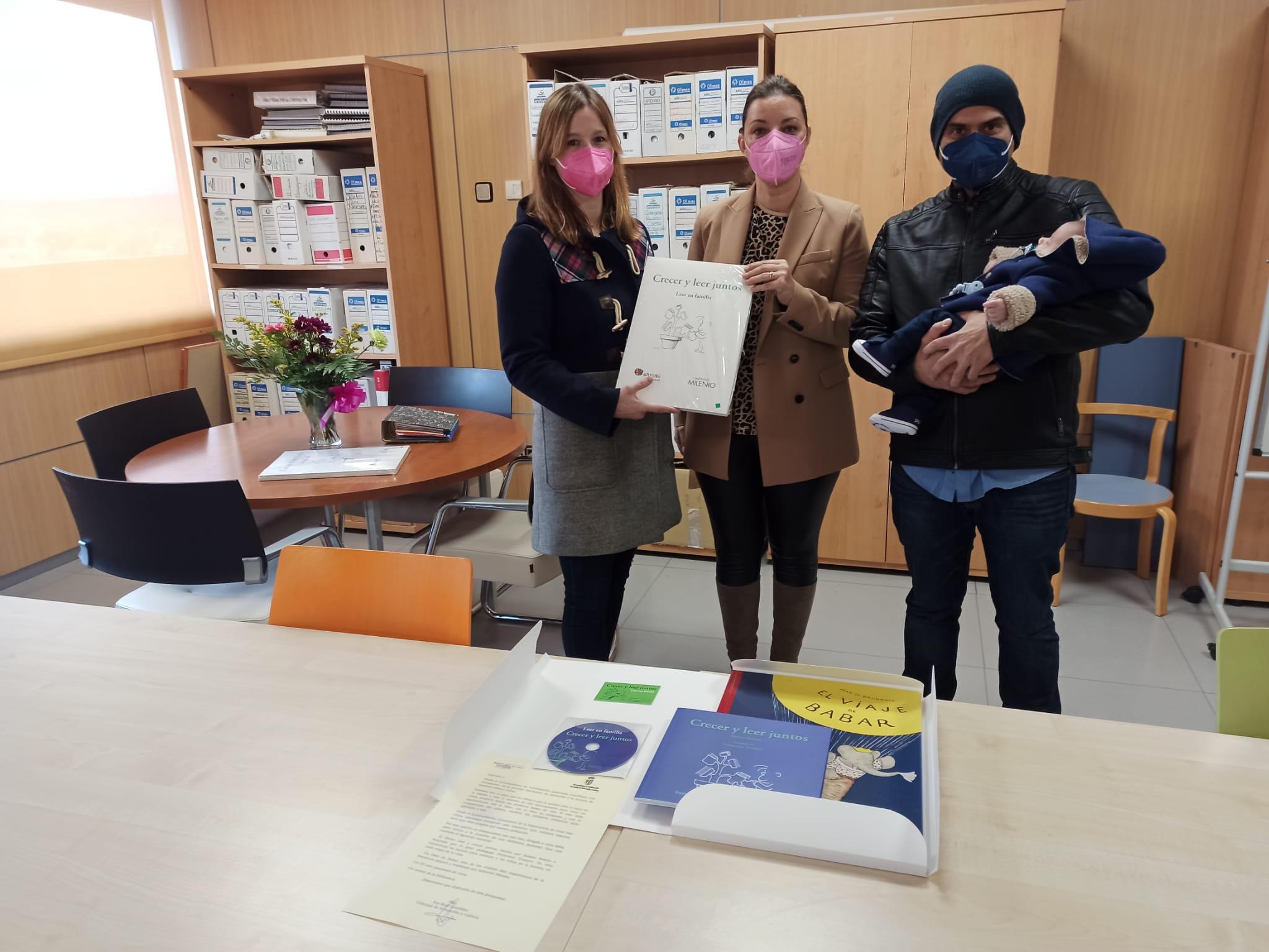 """Una nueva vida, un nuevo lector en Valdemorillo.  El Ayuntamiento regala un libro a cada recién nacido  como una iniciativa más a favor """"del fascinante proceso de iniciación a la lectura de nuestros niños y niñas"""""""