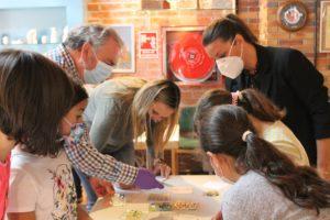 Más de un centenar de escolares se ponen manos a la obra para descubrir los secretos de las Artesanías de Valdemorillo