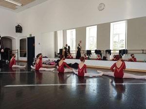 Pleno de aprobados y hasta cinco notables  en los primeros exámenes de danza profesional a los que se han presentado las alumnas de la EMMDEA