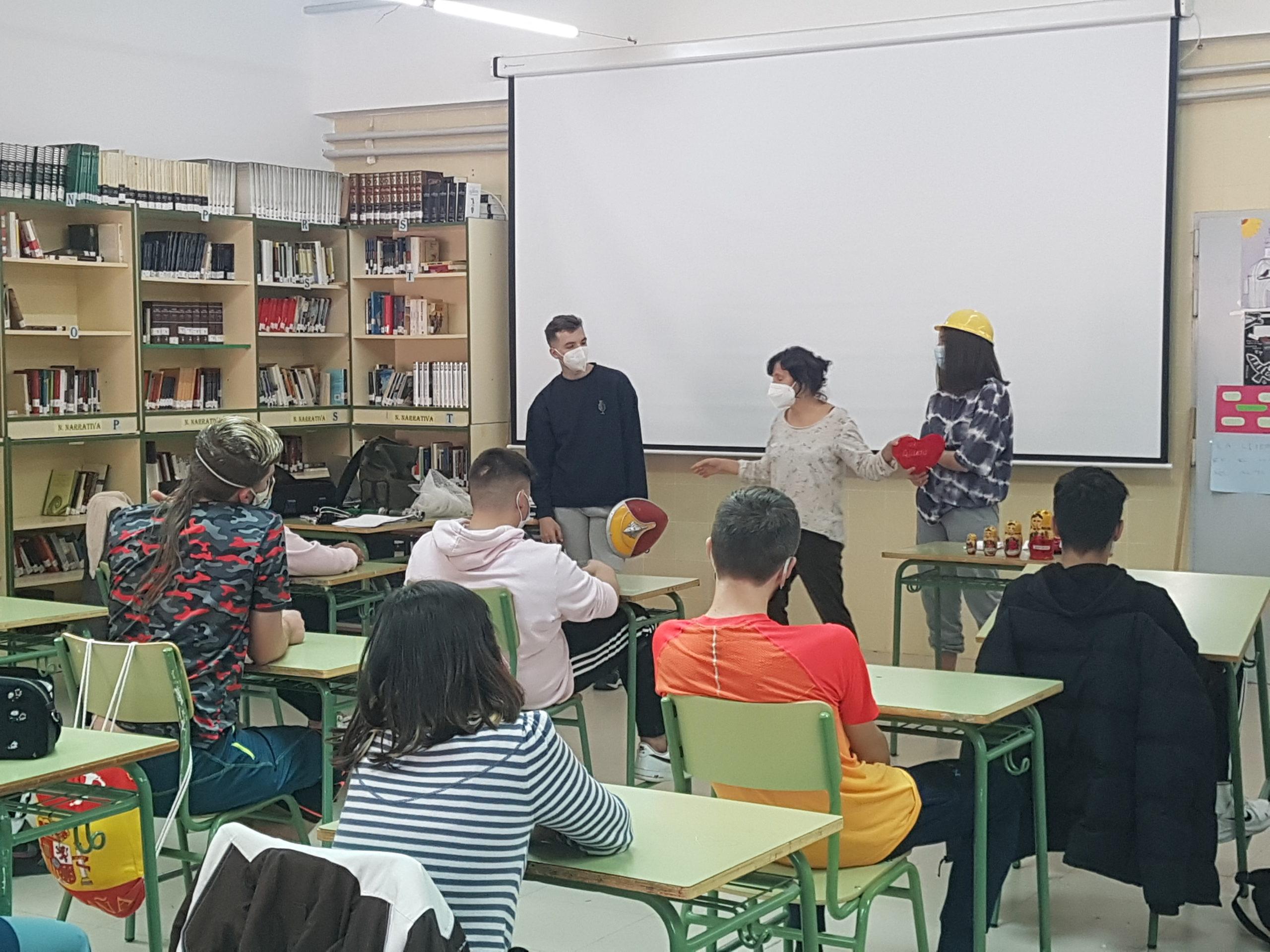 La prevención del bullying, el uso correcto de las redes sociales y las herramientas para el buen trato llegaron a las aulas del Colegio Juan Falcó y del IES Valmayor en las 57 sesiones formativas organizadas por la Concejalía de Servicios a la Comunidad