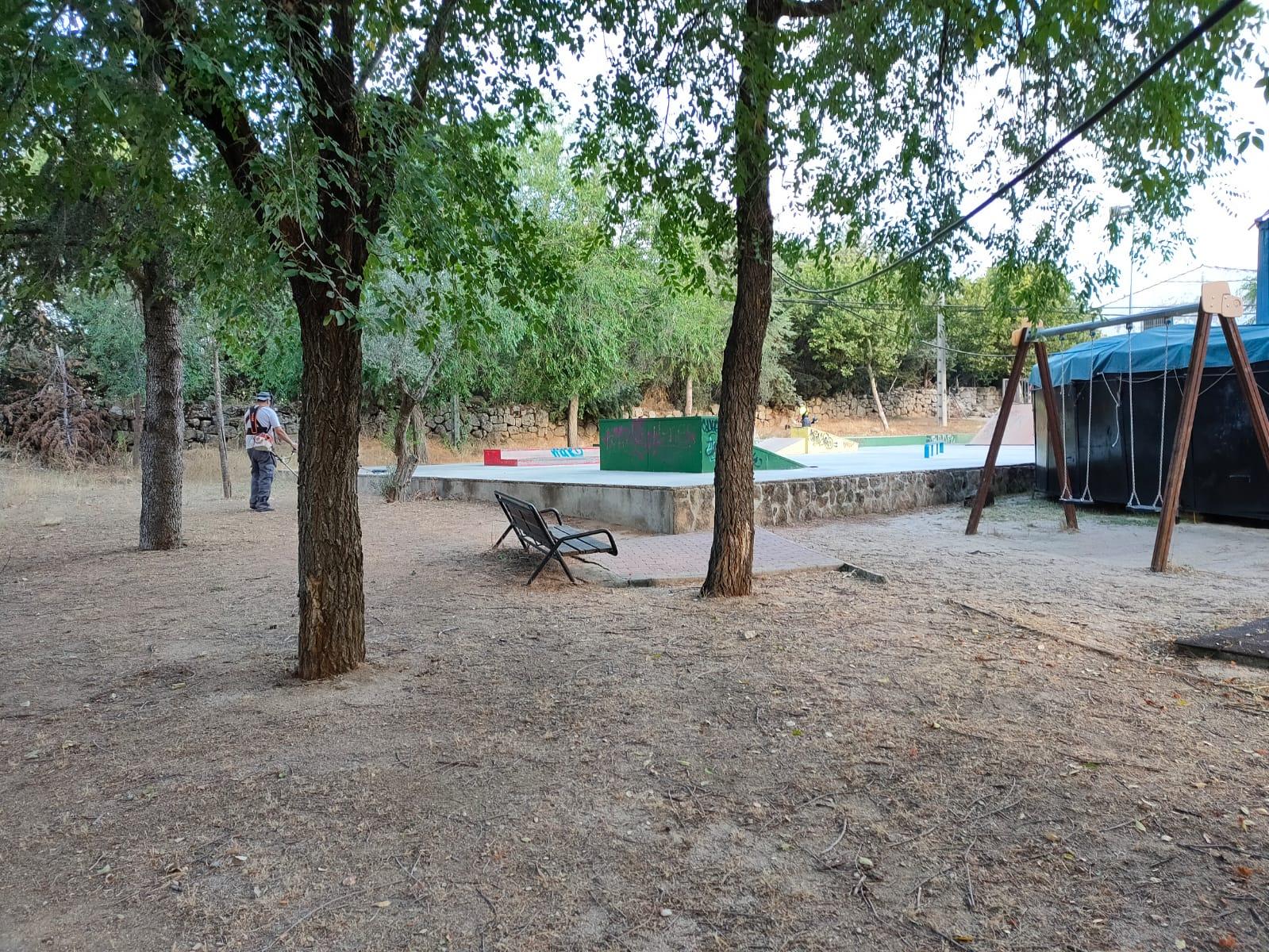 Avanza a buen ritmo el amplio operativo con el que la concejalía de Limpieza y Servicios acomete la completa puesta a punto de todos los parques públicos de Valdemorillo