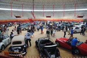Gran éxito de participación del  Certamen de Coches y Motos Clásicos que congregó  a los cerca de 200 vehículos que despertaron la curiosidad del numeroso público que disfrutó a su paso por esta vistosa concentración